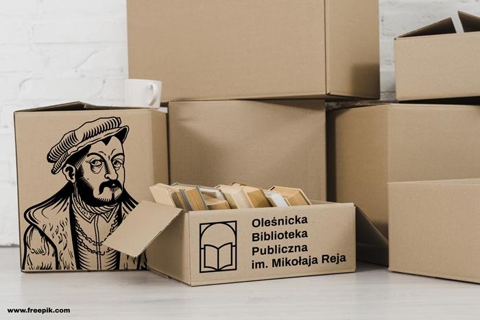 Zdjęcie kartonów z książkami oznakowane logo oleśnickiej biblioteki