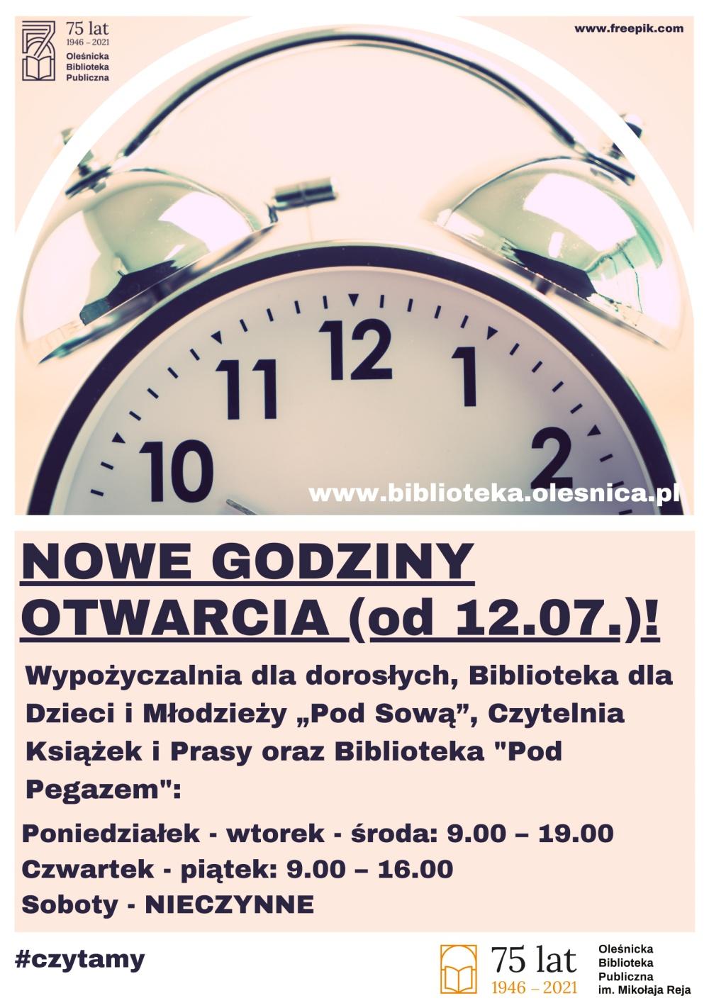 Plakat informujący o godzinach pracy biblioteki w okresie od 12.07 do 31.08.2021