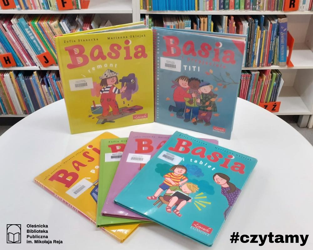 Seria książek o Basi ułożona na stole w Bibliotece dla Dzieci i Młodzieży