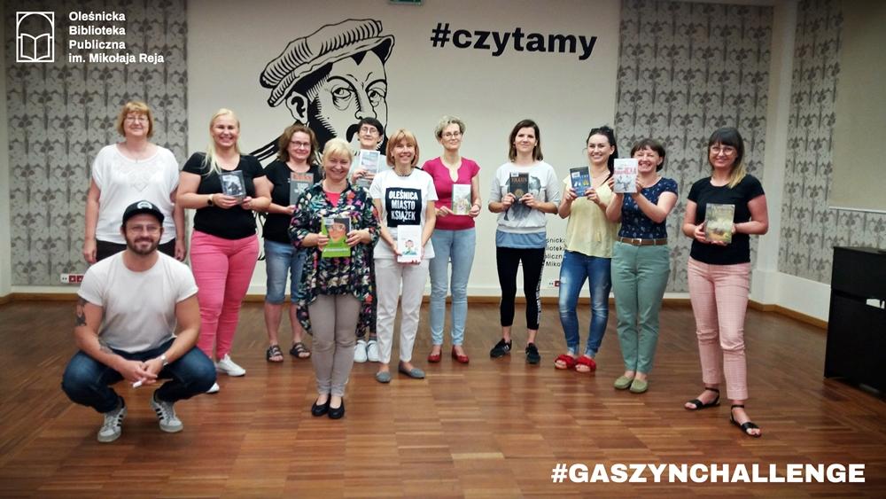 Pracownicy Biblioteki pozujący z książkami po wykonaniu GaszynChallenge