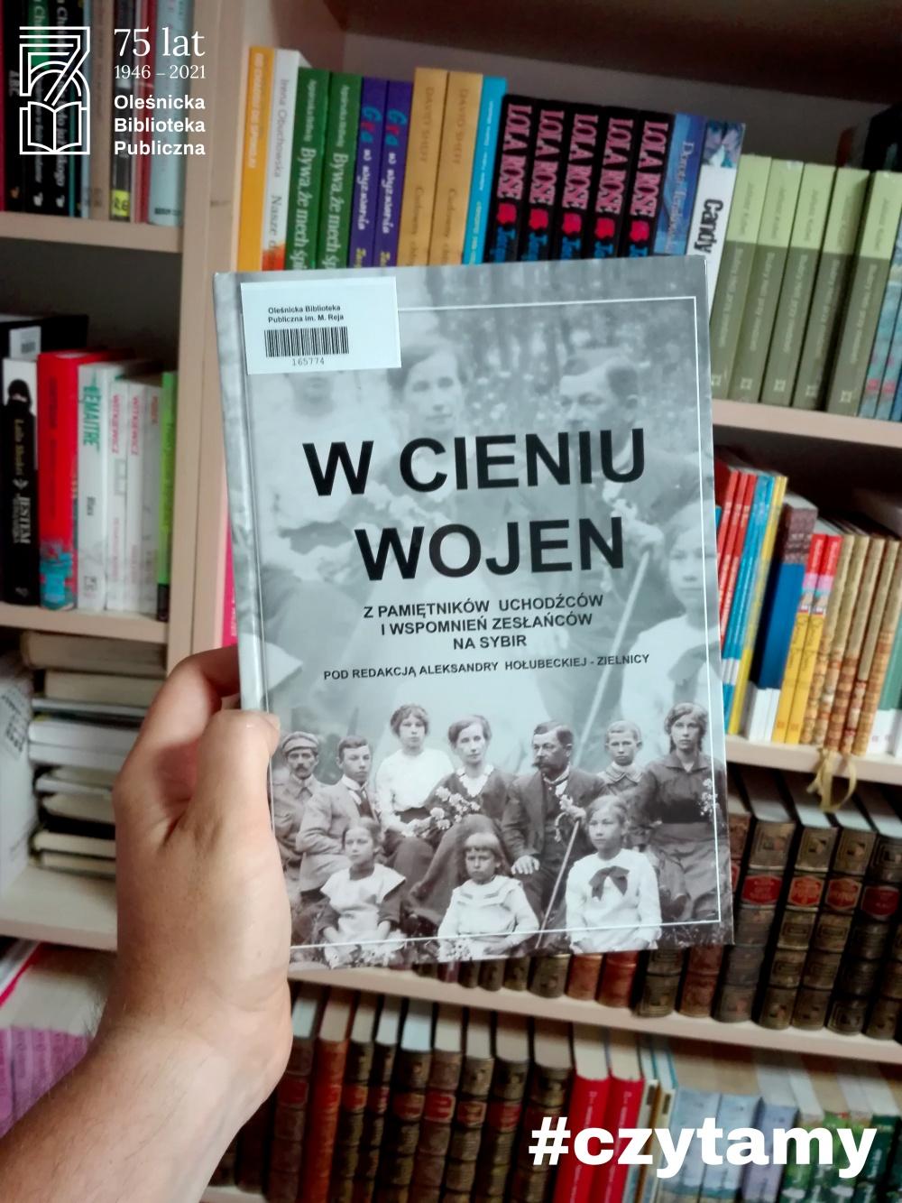 """Okładka książki """"W cieniu wojen. Z pamiętników uchodźców i wspomnień zesłańców na Sybir"""""""