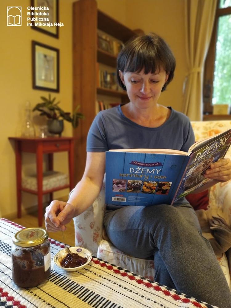 Bibliotekarz czytający książkę kucharską